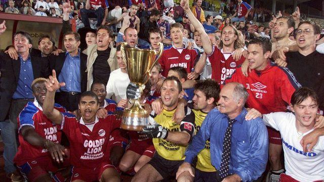 Réunis autour du gardien et capitaine Eric Pédat, les Servettiens fêtent un titre mérité. 21 ans plus tard, aucun club romand ne leur a succédé au palmarès du championnat de Suisse. [Patrick Aviolat - Keystone]