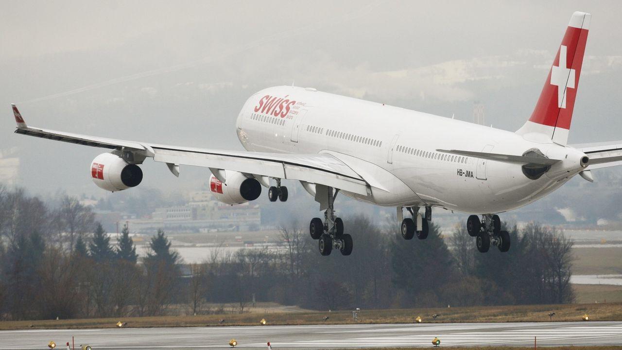 Un airbus A340 de la compagnie Swiss photographié à l'aéroport de Zurich Kloten. [Steffen Schmidt - Keystone]