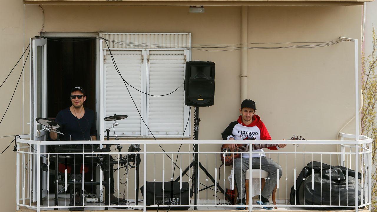 Un concert improvisé sur un balcon, une pratique qui se répand un peu partout. [Mahmut Serdar Alakus / Anadolu Agency - afp]