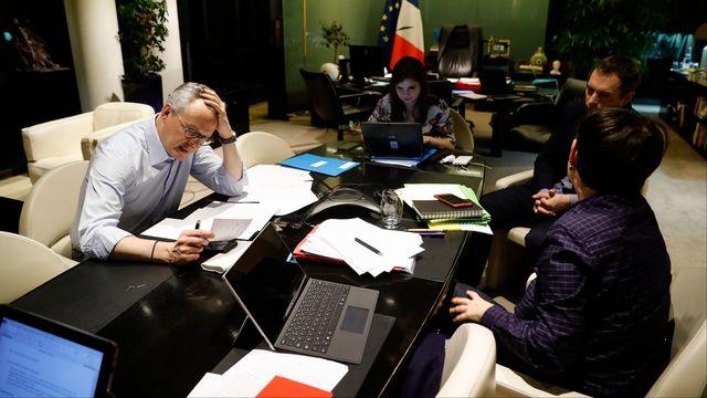 Le ministre des finances français Bruno Le Maire au téléphone avec son homologue allemand Olaf Scholz pendant une pause lors de la vidéoconférence des grands argentiers de la zone euro [Thomas Samson - AFP]