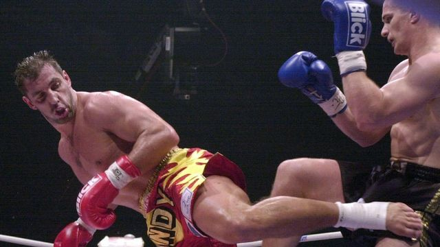 Andy Hug lors d'un combat face au Croate Mirko Filipovic en 2000. [Walter Bieri - Keystone]