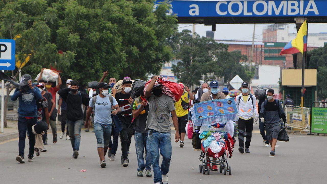Des familles vénézuéliennes rentrent au pays via la frontière colombienne. [EPA/STR - Keystone]