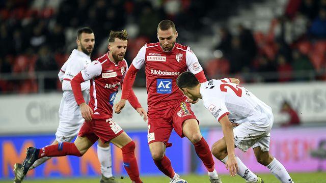 """Pajtim Kasami, ici balle aux pieds, et Ermir Lenjani (en rouge derrière) sont """"revenus à la raison"""", dixit Christian Constantin."""