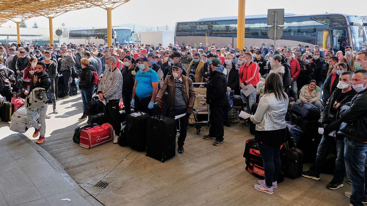 Saisonniers roumains en attente d'embarquer pour l'Allemagne à l'aéroport de Cluj-Napoca, 09.04.2020. [Raul Stef - Inquam Photos/Reuters]