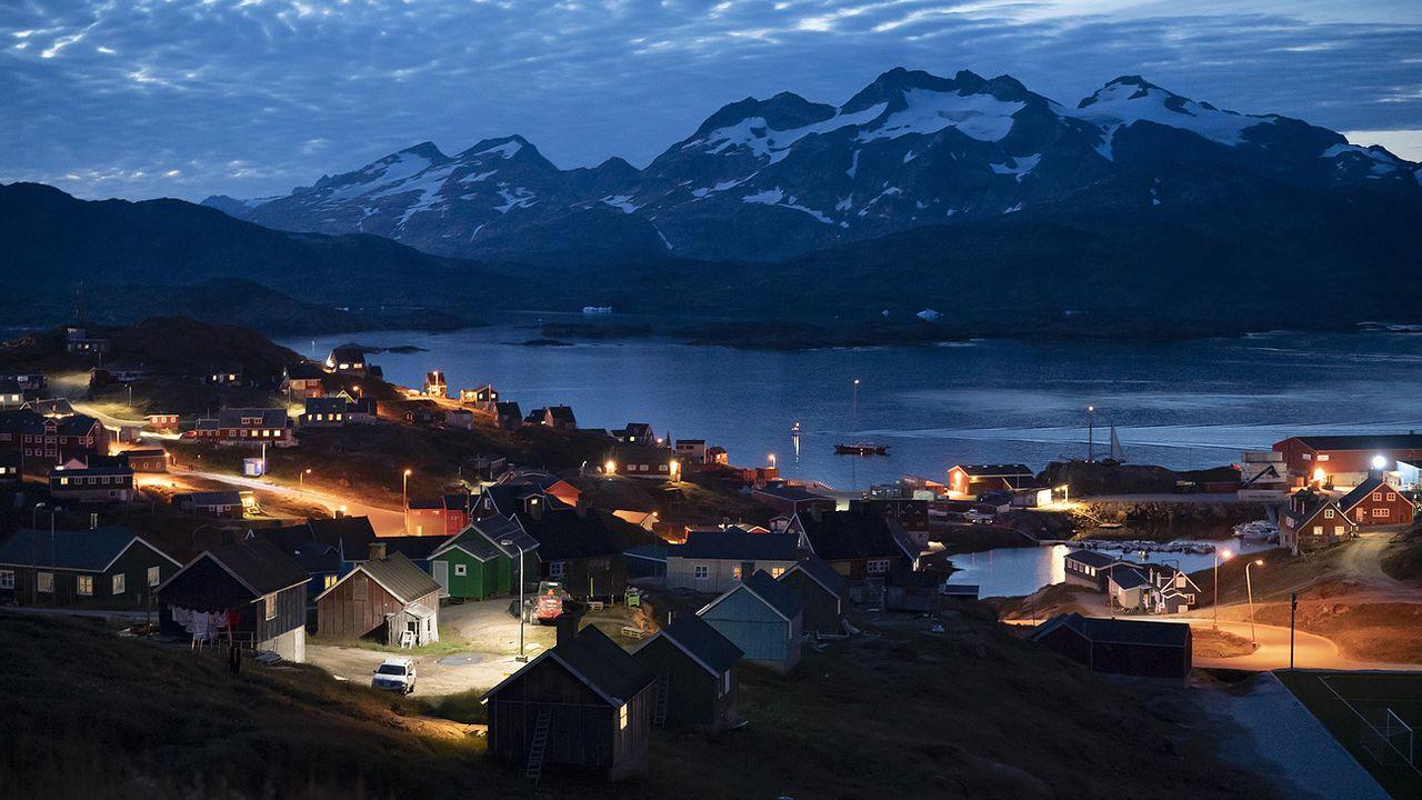 Le village groenlandais de Tasiila à la tombée du jour. [Felipe Dana - AP/Keystone]