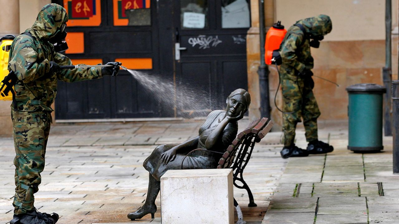 "Un soldat désinfecte la statue ""La Bella Lola"" à Oviedo, dans le nord de l'Espagne, le 12 avril 2020. [Alberto Morante - Keystone/epa]"