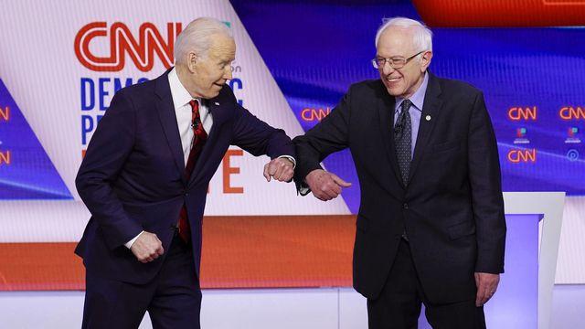 Joe Biden (gauche) et Bernie Sanders lors d'un débat télévisé le 15.03.2020. [Evan Vucci - AP/Keystone]