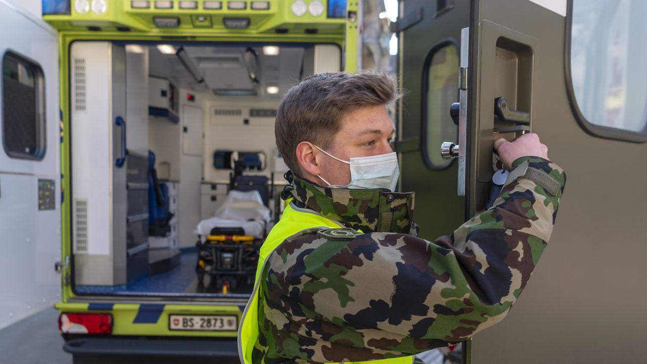 Un soldat du bataillon hôpital photographié le 25 mars 2020 à Bâle. [Georgios Kefalas - Keystone]