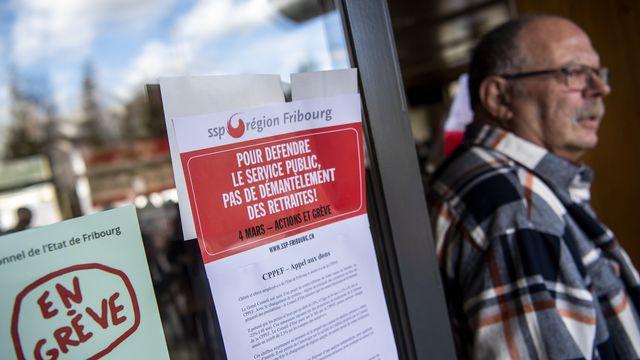 Une assemblée du syndicat SSP lors d'une journée d'actions contre la réforme de la Caisse de prévoyance du personnel de l'Etat de Fribourg, le 4 mars 2020 à Givisiez. [Jean-Christophe Bott - Keystone]