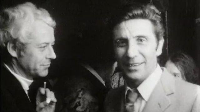 Le chroniquer mondain Edgard Schneider (à gauche), en compagnie de Gilbert Bécaud, 1970 [RTS]