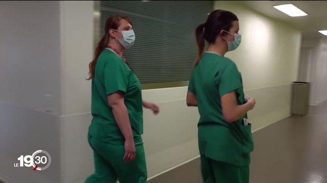 L'hôpital de Nyon, ép.3 : Un pic était attendu en début de semaine. Il n' a heureusement pas eu lieu même si les cas hospitalisés continuent d'augmenter. Dans ce 3e épisode, les équipes se soudent pour ne pas flancher devant l'afflux de cas de plus en plus graves. [RTS]