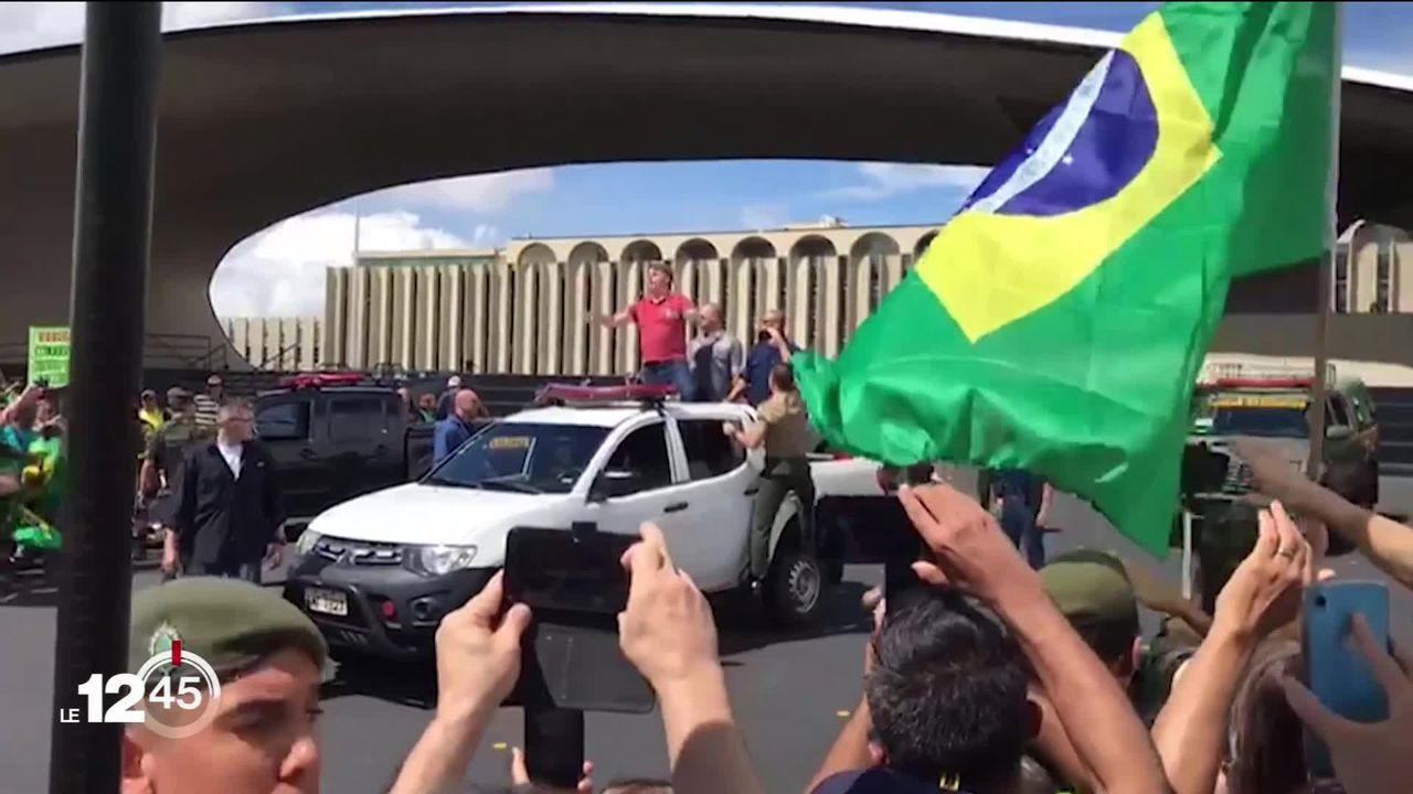 Au Brésil, le président Jair Bolsonaro continue à ne pas respecter les mesures de distanciation et de confinement [RTS]