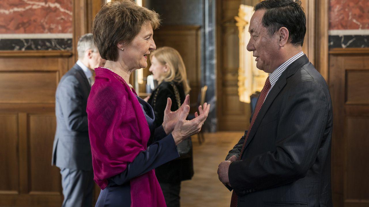 L'ambassadeur chinois en Suisse Geng Wenbing, photographié ici en discussion avec la présidente Simonetta Sommaruga le 15 janvier 2020, à l'occasion de la réception annuelle du corps diplomatique chinois. [Alessandro della Valle - Keystone]