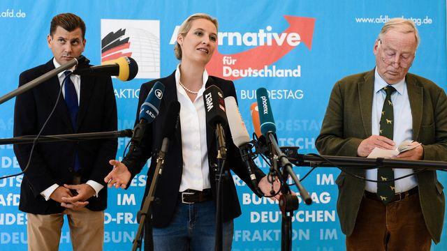Christian Lüth (à gauche) était porte-parole du groupe parlementaire de l'AfD, co-présidé par Alice Weidel (au centre) et Alexander Gauland (à droite). [Clemens Bilan - Keystone]