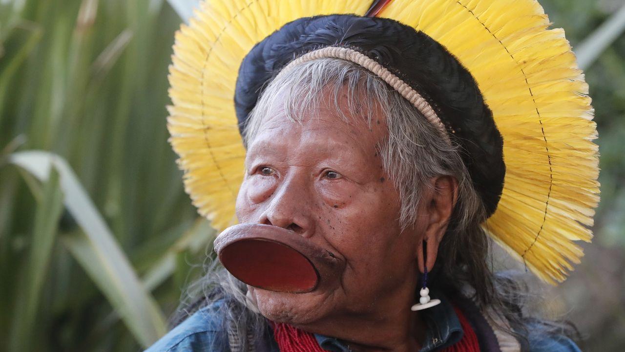 A 90 ans, le chef Raoni lance un appel aux dons pour venir en aide aux populations indigènes d'Amazonie face au coronavirus. [Guillaume Horcajuelo - Keystone]