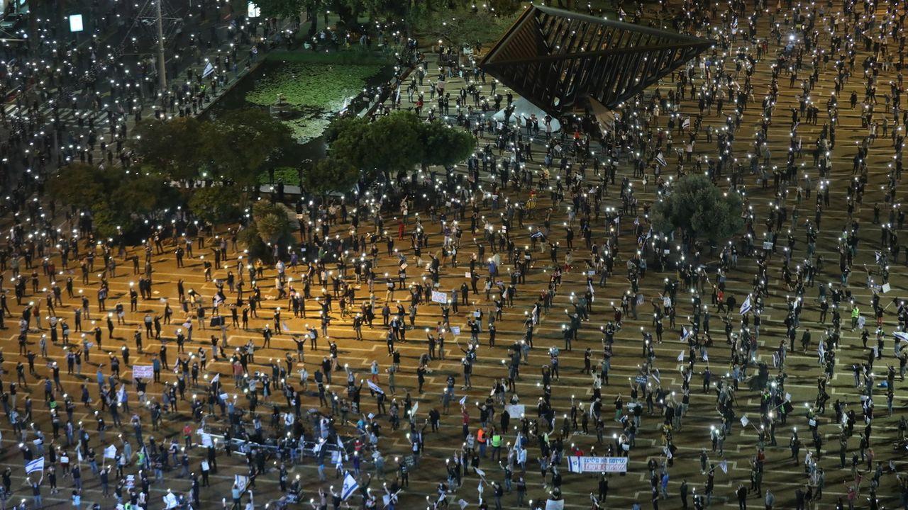 """Manifestation """"avec distance sociale"""", contre la corruption du gouvernement israélien, le 15 avril 2020 à Tel Aviv. [Abir Sultan - Keystone]"""