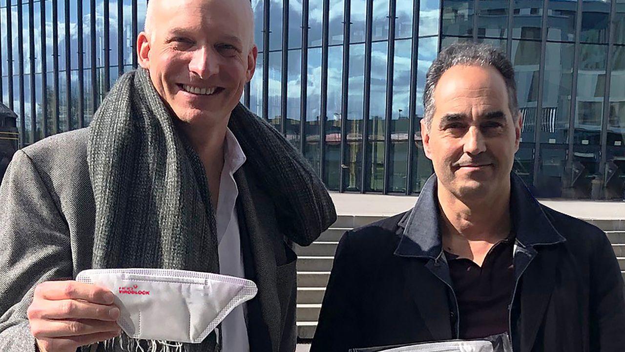 Carlo Centonze et Thierry Pelet avec les prototypes du HeiQ Viroblock NPJ03. HeiQ [HeiQ]