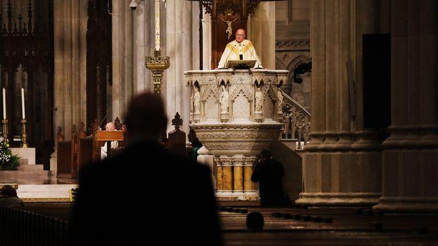 Célébration de la messe du dimanche de Pâques dans une cathédrale presque vide en raison de l'épidémie de coronavirus. [Spencer Platt / Getty Images - AFP]