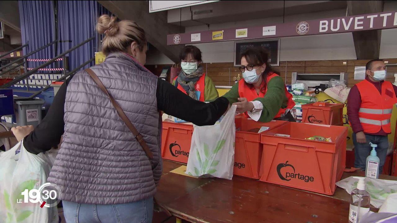 Une distribution de nourriture a réuni plus de 2000 personnes à Genève [RTS]