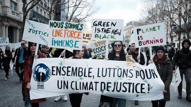 Marche pour le climat. Partout dans le monde, des recours juridiques se multiplient pour forcer des entreprises à polluer moins ou des Etats à protéger davantage lʹenvironnement. [Notre Affaire à Tous - libre de droits]