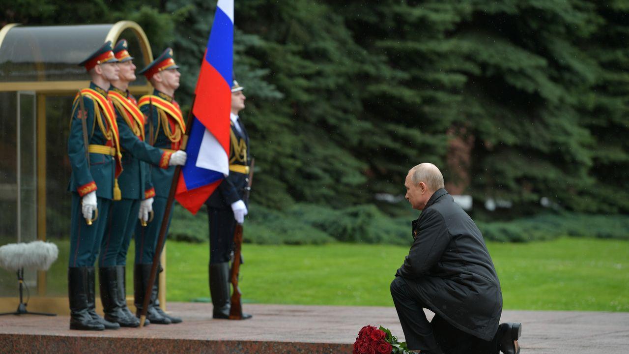 Vladimir Poutine s'agenouille pour rendre hommage aux 27 millions de morts soviétiques lors de la seconde guerre mondiale. [Alexei Druzhinin - Sputnik/reuters]