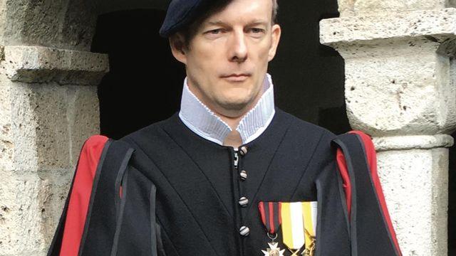 Sergent Christian Richard devant le cloître de l'abbaye de Saint-Maurice. [DR]