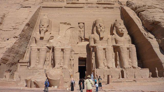 Façade du grand temple d'Abou Simbel, Égypte (2009). [Rémih  - CC-By-SA 3.0]