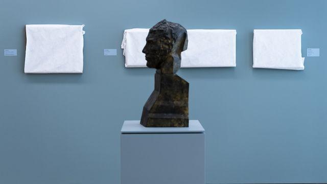Des tableaux de Felix Valloton protégés pendant la longue fermeture du Musée cantonal des Beaux-Arts de Lausanne, MCBA, sur le site de Plateforme 10, pendant la crise du Coronavirus (Covid-19). [Jean-Christophe Bott - Keystone]