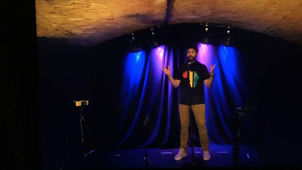 """Caustic Comedy Club Carouge Genève, """"Le premier live interactif de Suisse"""". [Thierry Sartoretti - RTS]"""