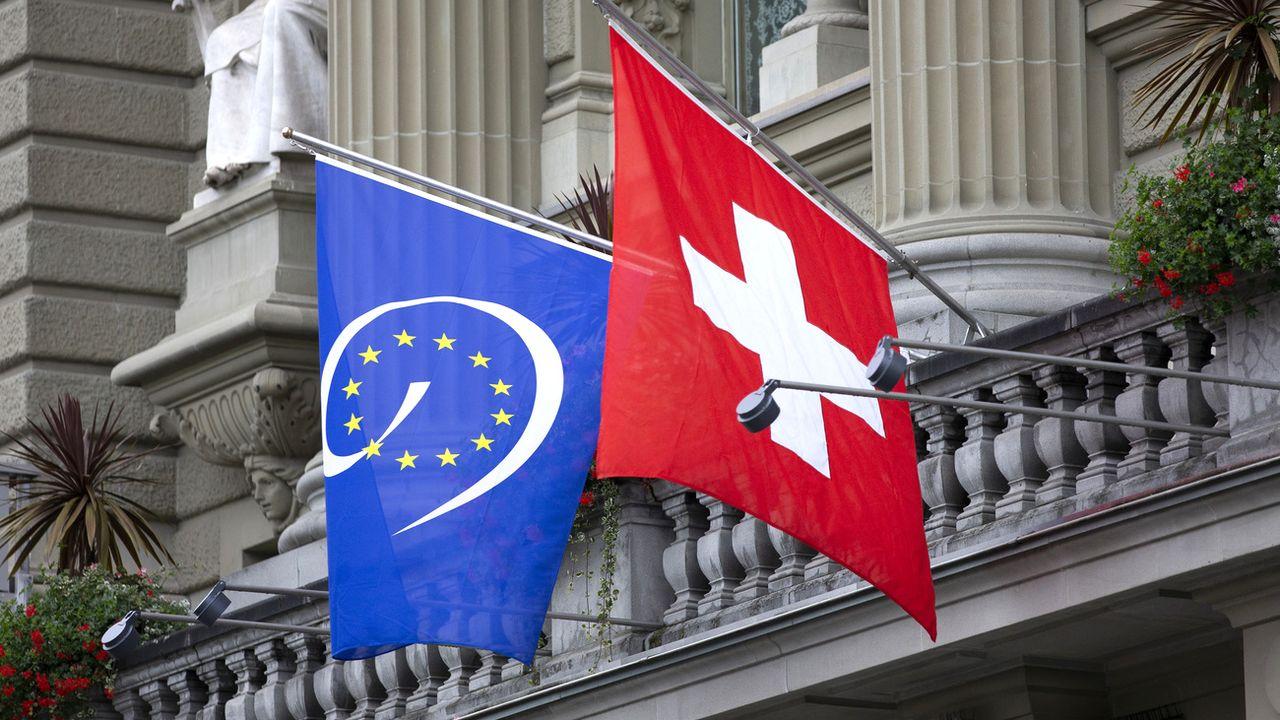 Le drapeau du Conseil de l'Europe au balcon du Palais fédéral à Berne en septembre 2019. [Peter Klaunzer - Keystone]