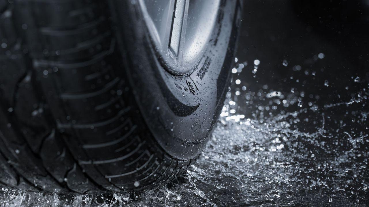 La plus grande partie de la pollution au plastique provient de l'abrasion des pneus en Suisse. [stocksnapper - Depositphotos]