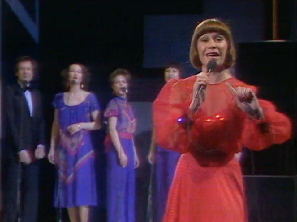 Arlette Zola concourt avec la chanson Amour on t'aime à Harrogate. [RTS]