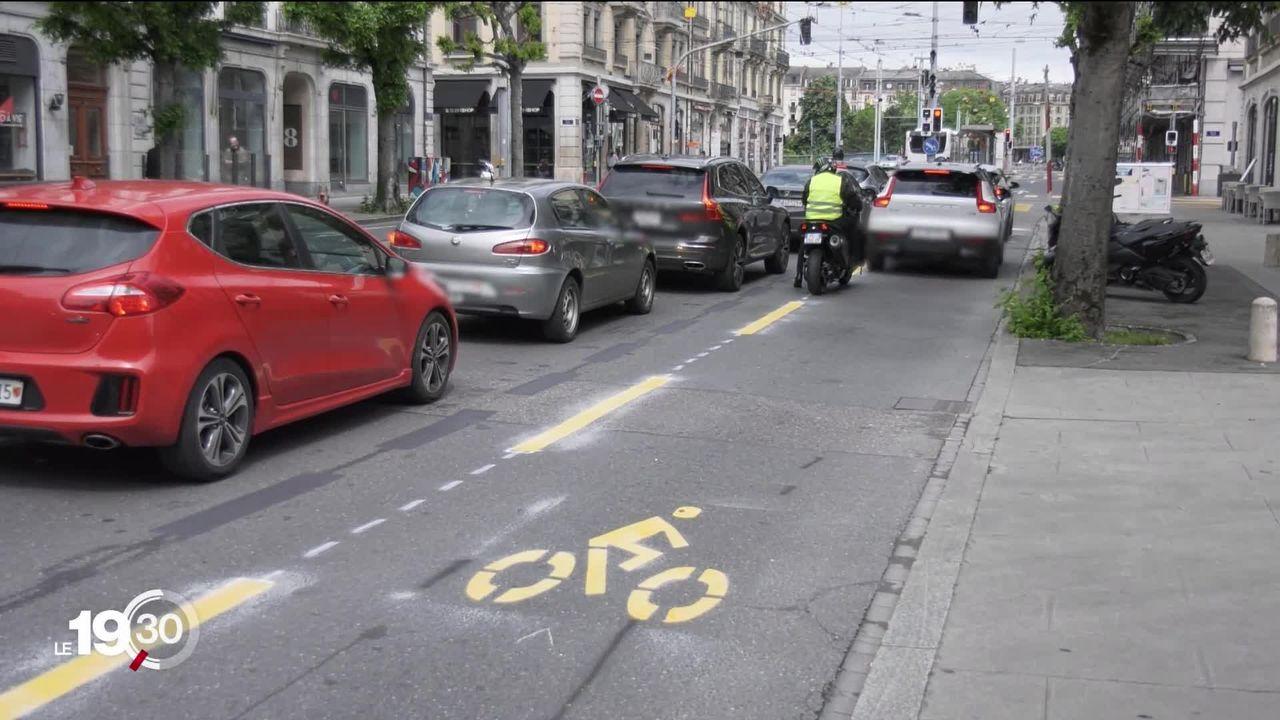 A Genève, des pistes cyclables temporaires sont mises en place pour encourager le public à ne pas prendre les transports publics. [RTS]