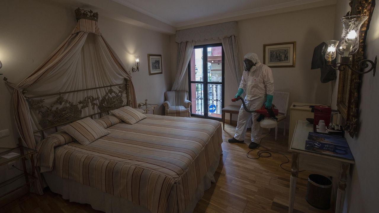 Un nettoyeur désinfecte une chambre d'hôtel à Séville, en Espagne, le 11 mai 2020. [Miguel Morenatti - AP/Keysytone]