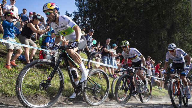 Nino Schurter (au centre) gardera finalement son maillot de champion du monde jusqu'à cet automne. [Gian Ehrenzeller - Keystone]