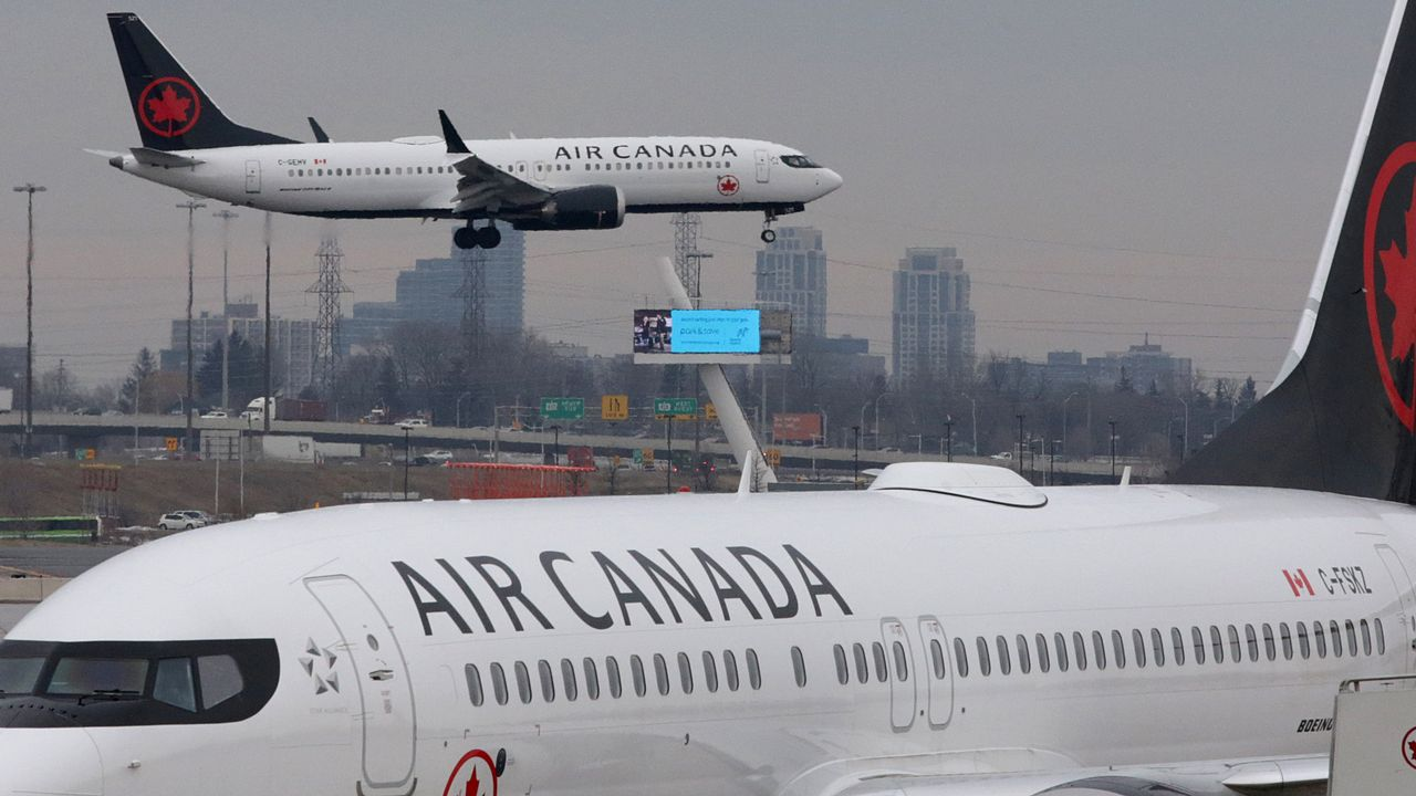 Un Boeing 737 MAX d'Air Canada atterrit à l'aéroport de Toronto. [Chris Helgren - Reuters]