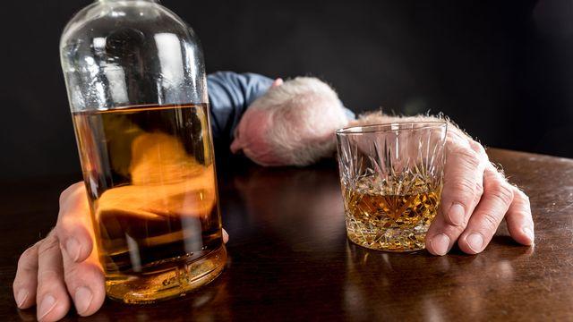 Les risques de sombrer dans l'alcoolisme sont en hausse après 2 mois de semi-confinement. [thodonal - Fotolia]
