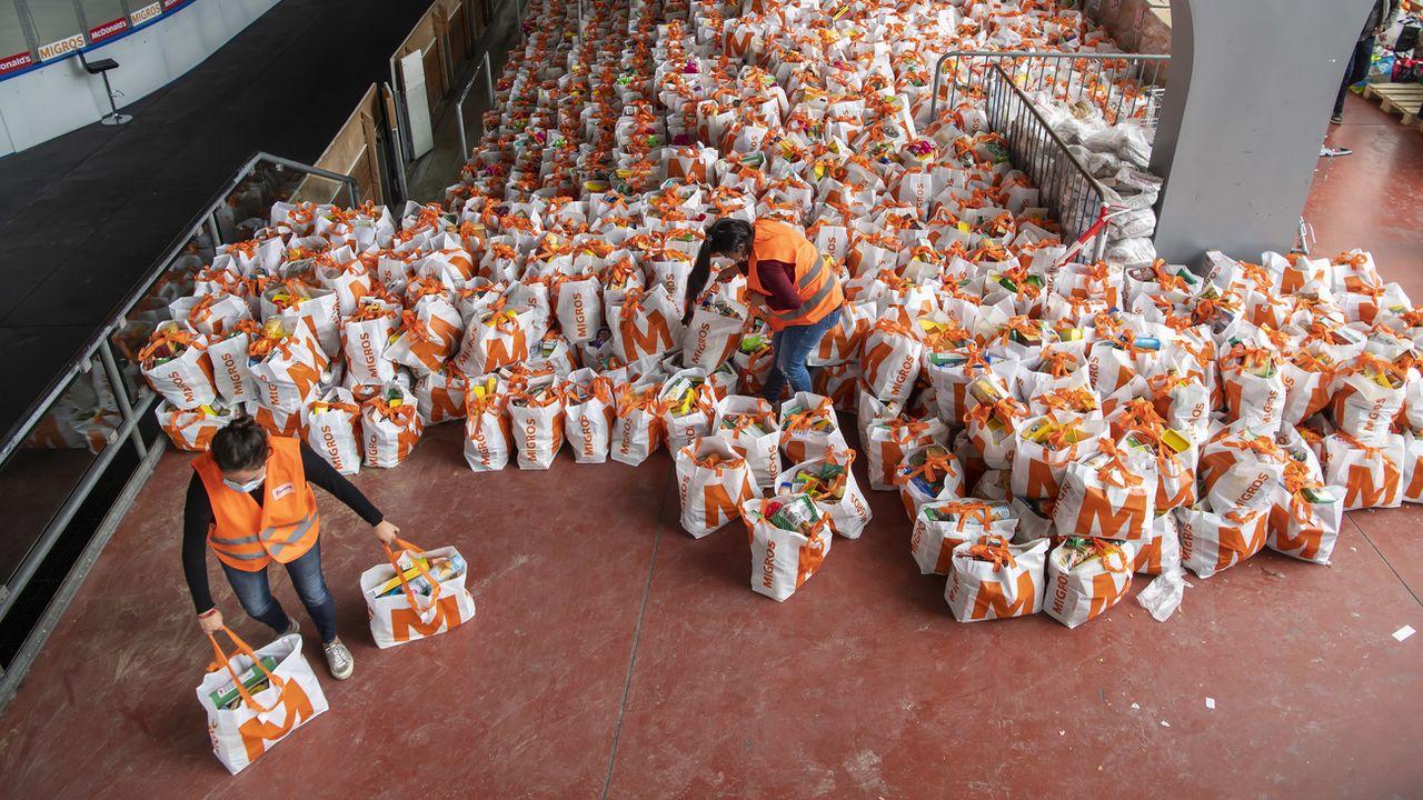 2600 colis alimentaires ont pu être distribués hier à Genève. [Martial Trezzini - Keystone]