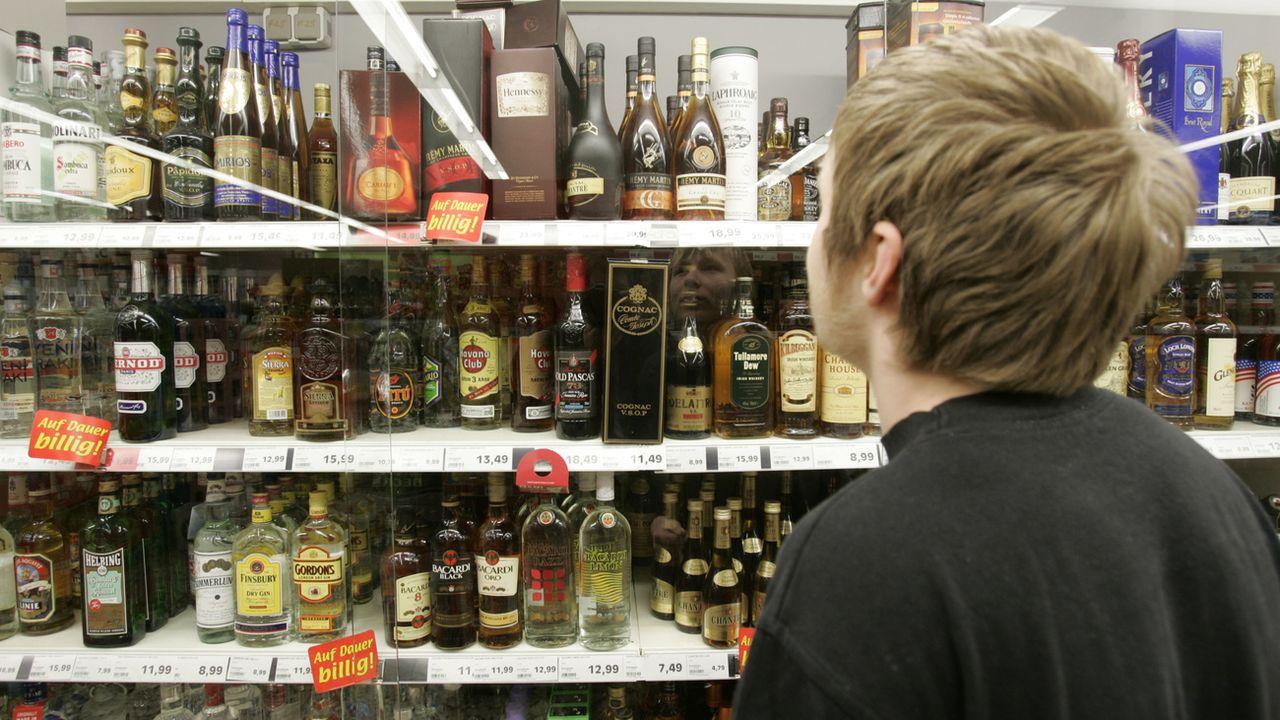 En matière de consommation d'alcool, les adolescents suisses sont dans la moyenne européenne. [Joerg Sarbach - AP Photo]