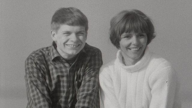 Lise Lachenal et Bernard Pichon, présentateurs de l'émission Le 5 à 6 des jeunes, 1966. [RTS]