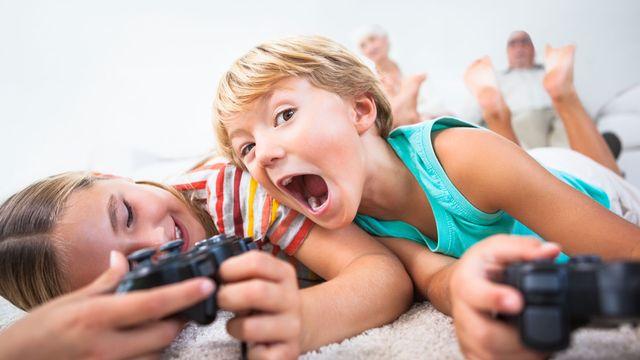 Deux enfants jouent à des jeux vidéos. [Wavebreakmedia - Depositphotos]