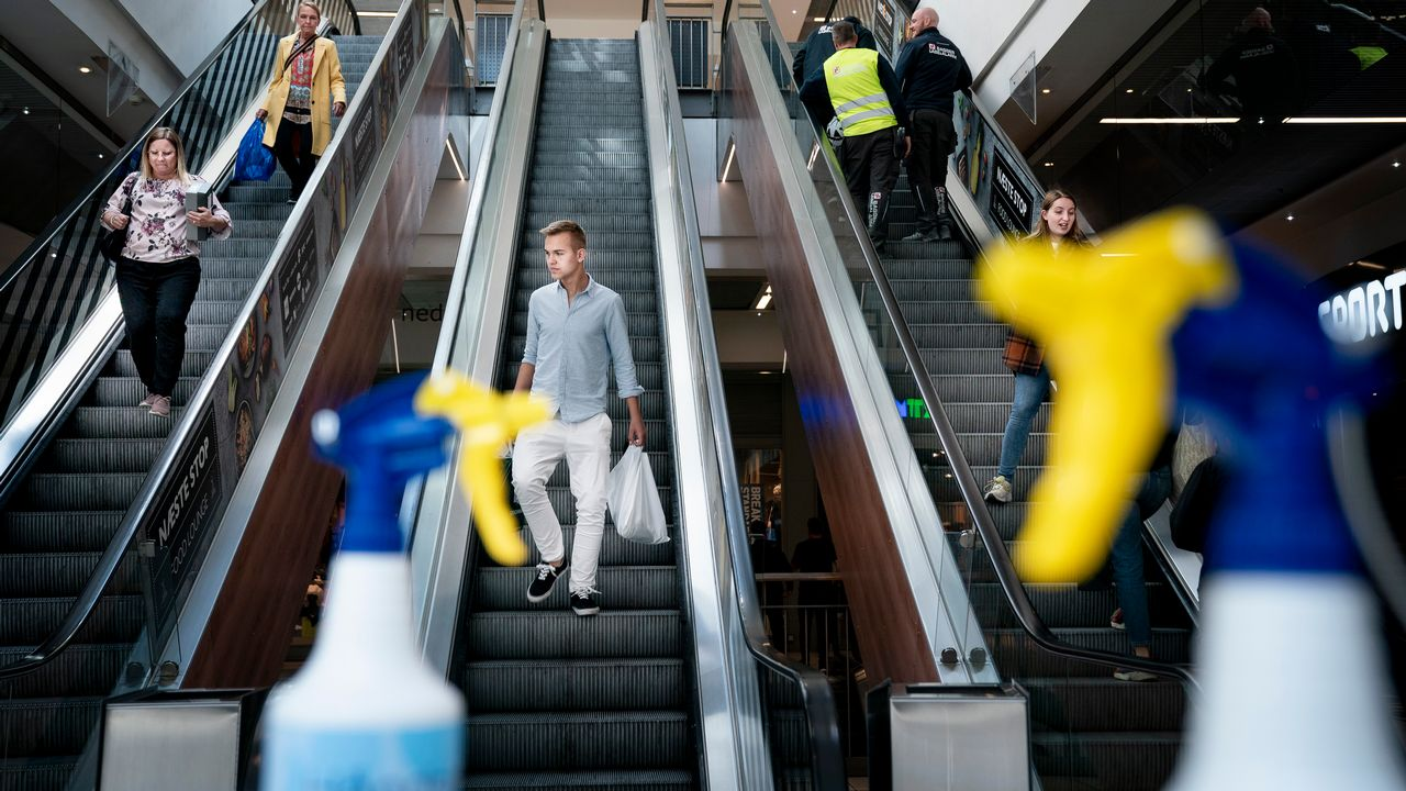 The first customers return to Field's Shopping Center, in Copenhagen, Denmark, after the lockdown to prevent the spread of coronavirus disease (COVID-19), Monday May 11, 2020. Department stores, shopping centers and other retailers is allowed to open Monday as the second phase of the reopening of Denmark takes effect. (Liselotte Sabroa/Ritzau Scanpix via AP)  [Liselotte Sabroa - Keystone/AP]