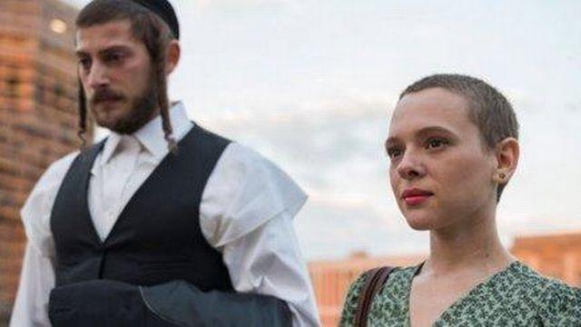 Shira Haas alias Esther Shapiro et son mari à Berlin. [Netflix- DR]