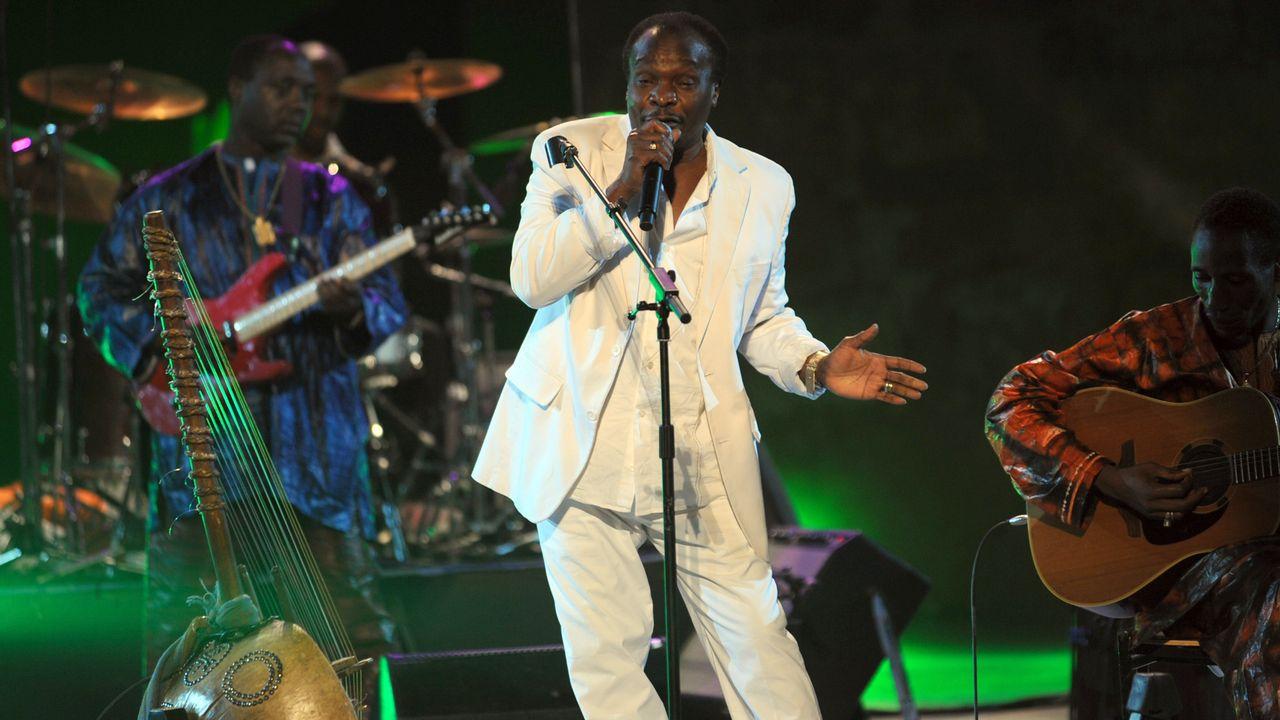 Le chanteur Mory Kanté lors d'un concert près de Tunis, le 13 juillet 2010. [FETHI BELAID - AFP]