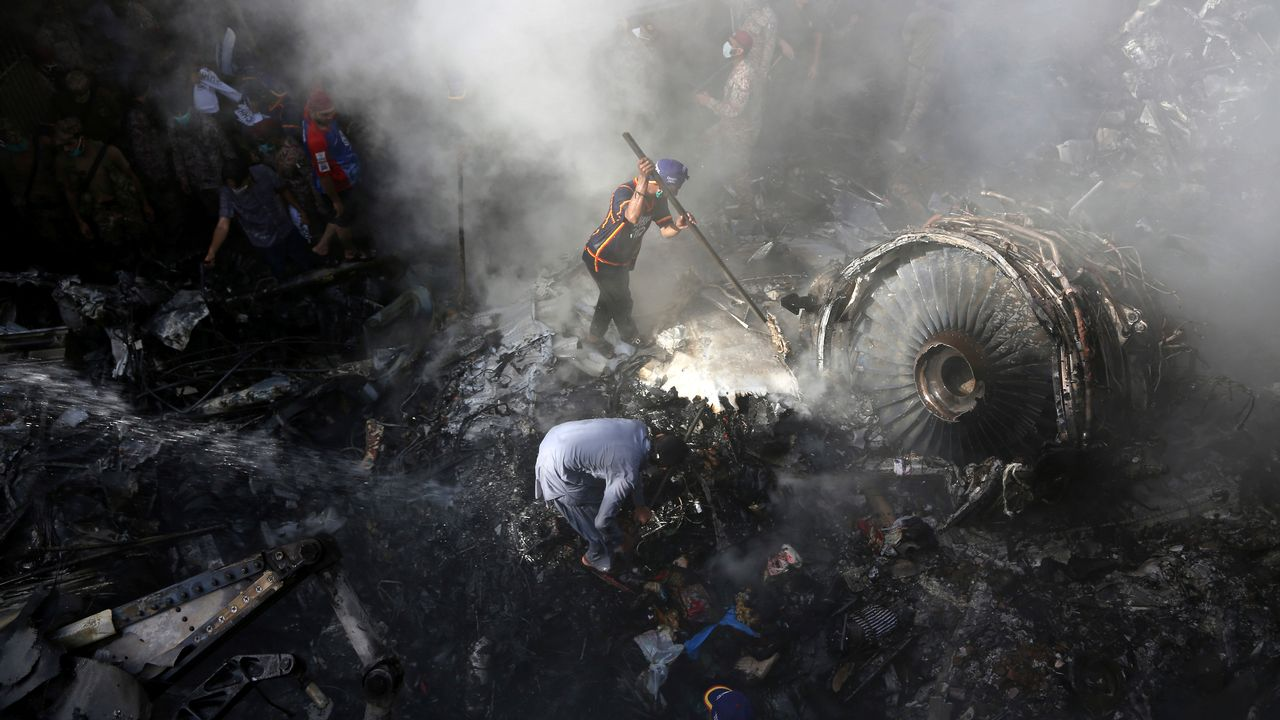 (200523) -- BEIJING, May 23, 2020 () -- Local residents gather at a plane crash site in a residential area in Karachi, Pakistan, May 22, 2020. (Str/) (KEYSTONE/XINHUA/Stringer)  [Keystone]