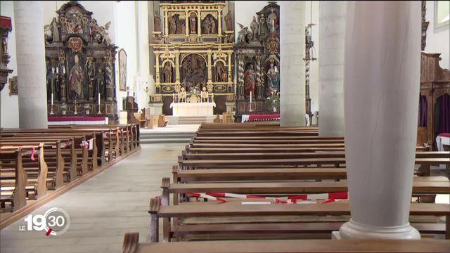 Après des contaminations suite à une messe en Allemagne, les églises romandes sont vigilantes pour leur réouverture. [RTS]