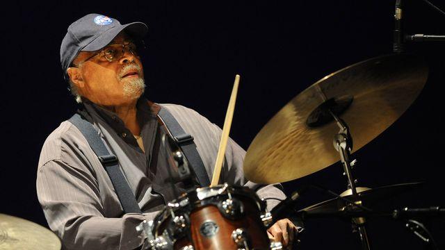 """Jimmy Cobb, le batteur de jazz américain qui a participé à l'album mythique de Miles Davis """"Kind of Blue"""" (1959), ici le 20 juillet 2012 au festival Jazzaldia en Espagne. [RAFA RIVAS  - AFP]"""