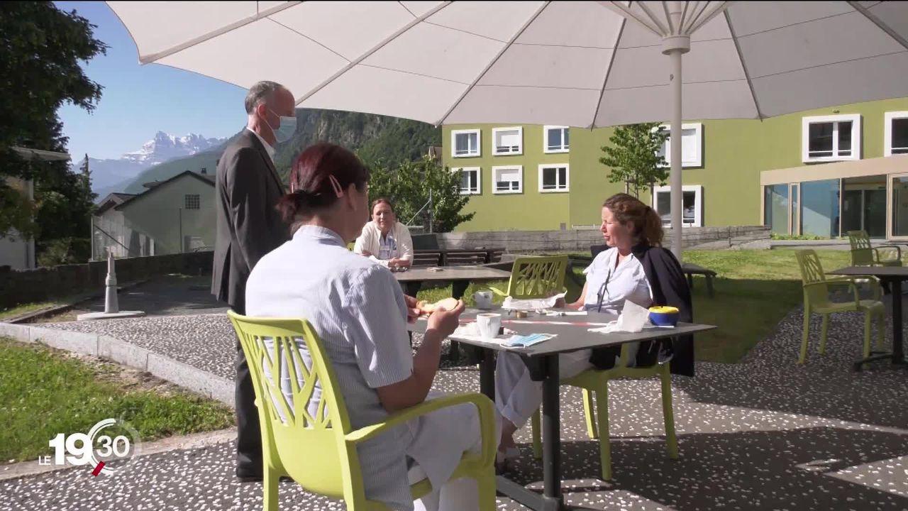 En Suisse romande, les EMS ont été gravement touchés au début de la crise. Les syndicats dénoncent de graves lacunes. [RTS]