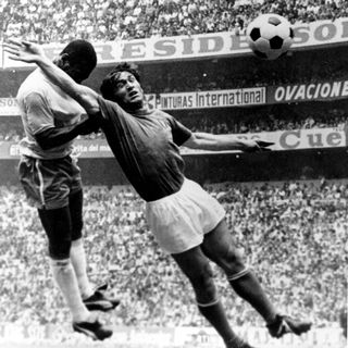 Tarcisio Burgnich tente de s'interposer face à Pelé. [AP Photo - Keystone]