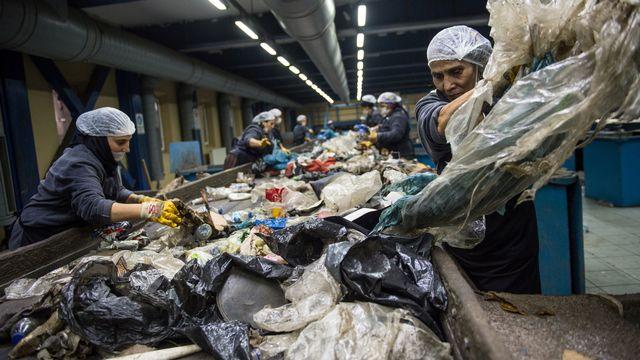 Des ouvrières travaillent dans un centre de recyclage, le 14 novembre 2018 à Istanbul. [Bulent Kilic - AFP]